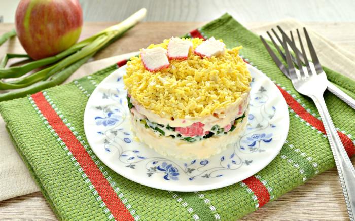 Дуже смачний салат з крабовими паличками і сиром, яблуком і яйцем