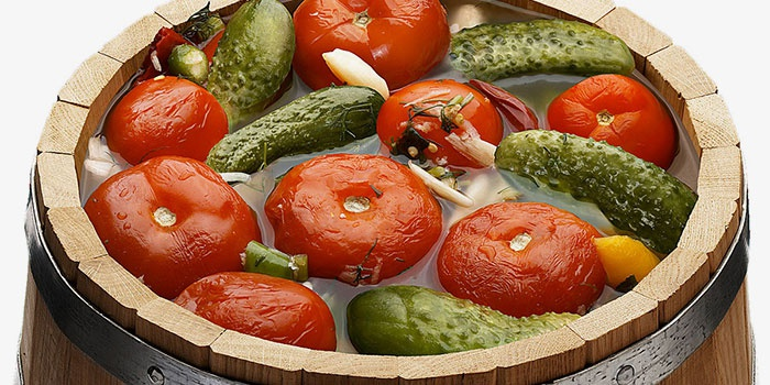 Солоні огірки з помідорами – кращий рецепт приготування асорті