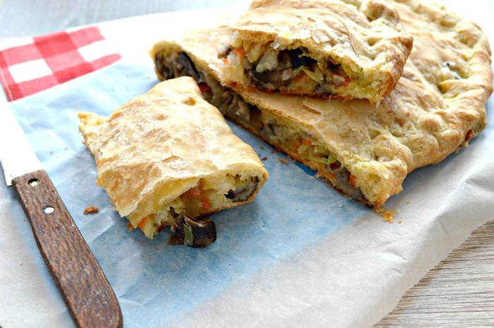 Листковий пиріг з капустою і грибами з готового листкового тіста в духовці