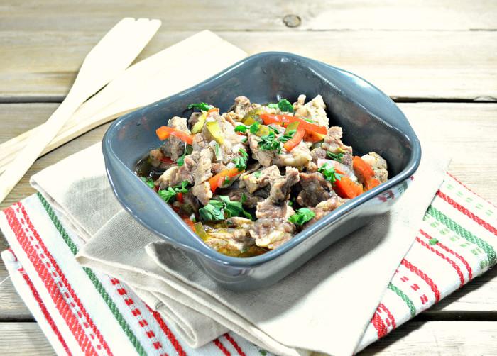 Свинина тушкована з овочами і томатною підливою