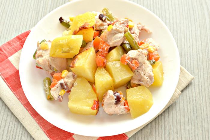 Куряча грудка з картоплею і овочами в духовці