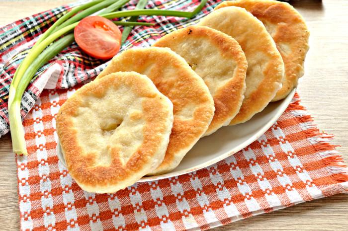 Сирні коржики на сковороді – смажені пиріжки з сиром з дріжджового тіста