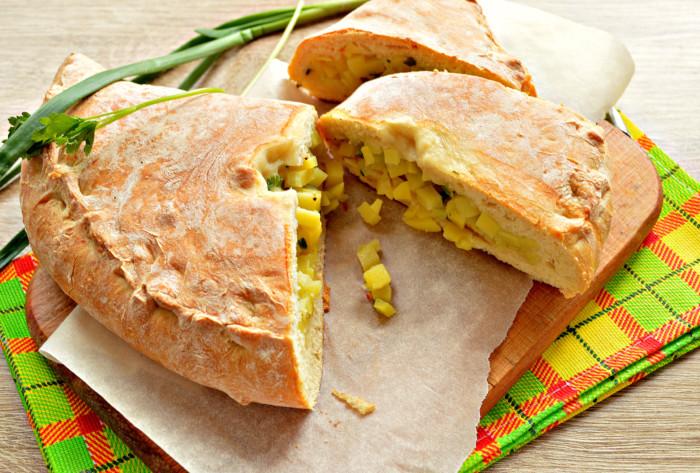 Пісний дріжджовий пиріг з картоплею і цибулею в духовці