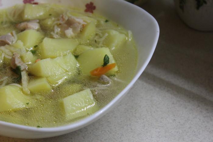 Картопляний суп з вермішеллю і куркою – простий і смачний