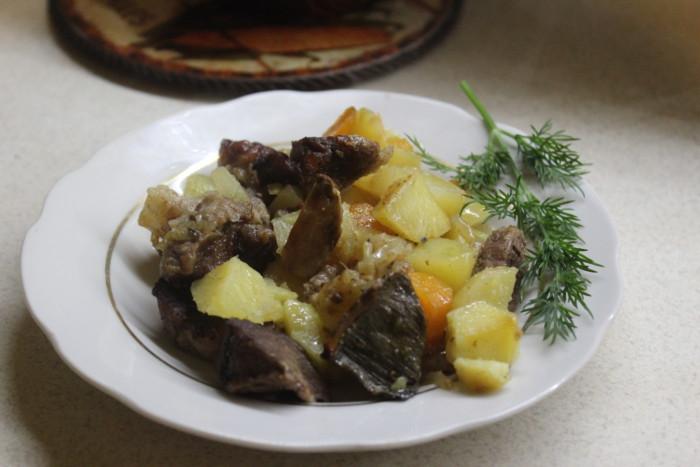 Печеня із свинини з картоплею і грибами сушеними в горщиках