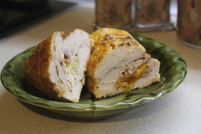 Курячий рулет з курагою і ананасом в духовці – смачна і ситна закуска до святкового столу