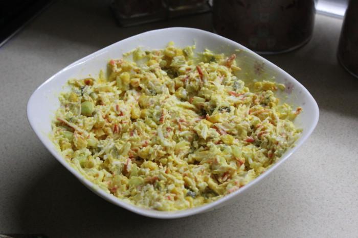 Сирний салат з крабовими паличками і кукурудзою, огірком, яйцем і смаженою цибулею