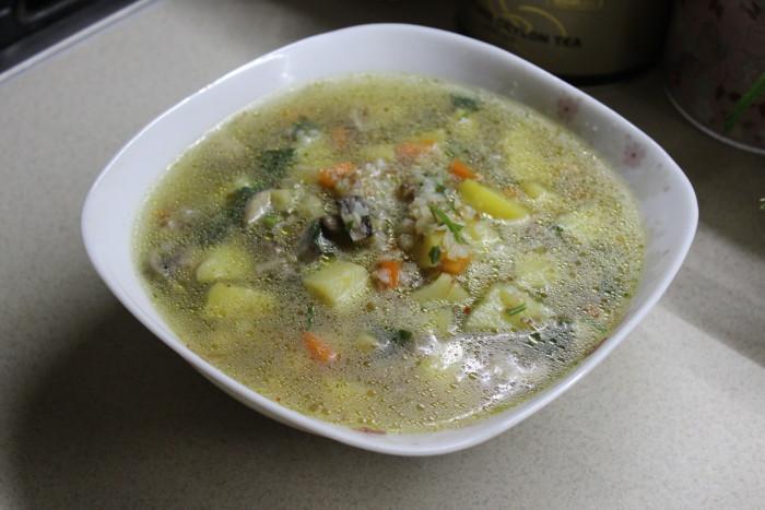 Гречаний суп з грибами і картоплею на вершковому маслі