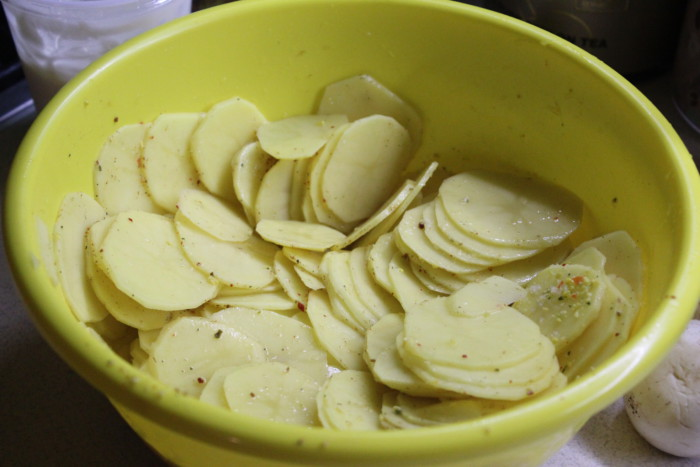 Картопляний гратен з часниковим соусом - смачний і ароматний гарнір на швидку руку