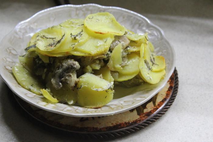 Картопляний гратен з грибами і часниковим соусом – французька запіканка з картоплі