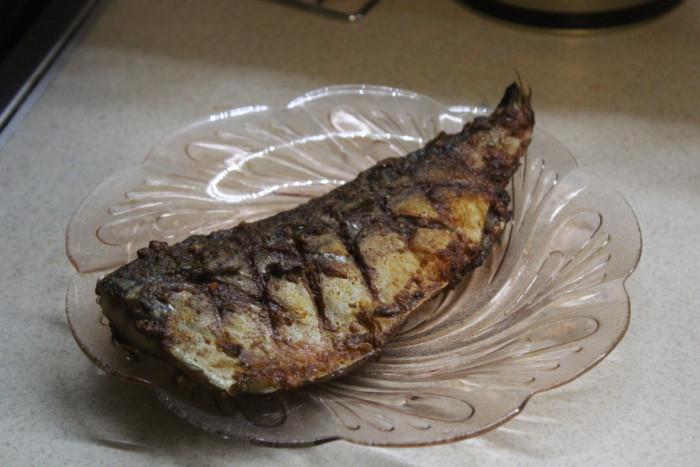 Смачна скумбрія запечена в фользі в духовці без кісток
