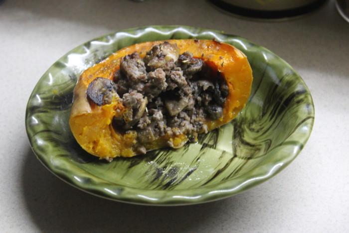 Запечений в духовці гарбуз фарширований м'ясом і грибами