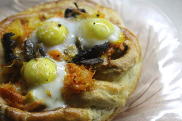 Слойки з яйцем і грибами або швидка піца з листкового тіста