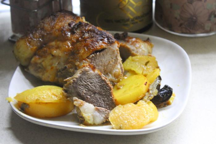 Печеня із свинини з картоплею та грибами гливи в духовці