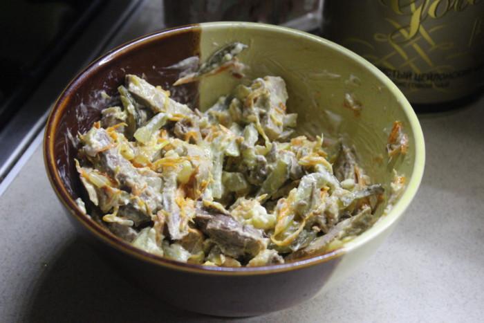 Сільський салат із свинини з солоними огірками, морквою і цибулею